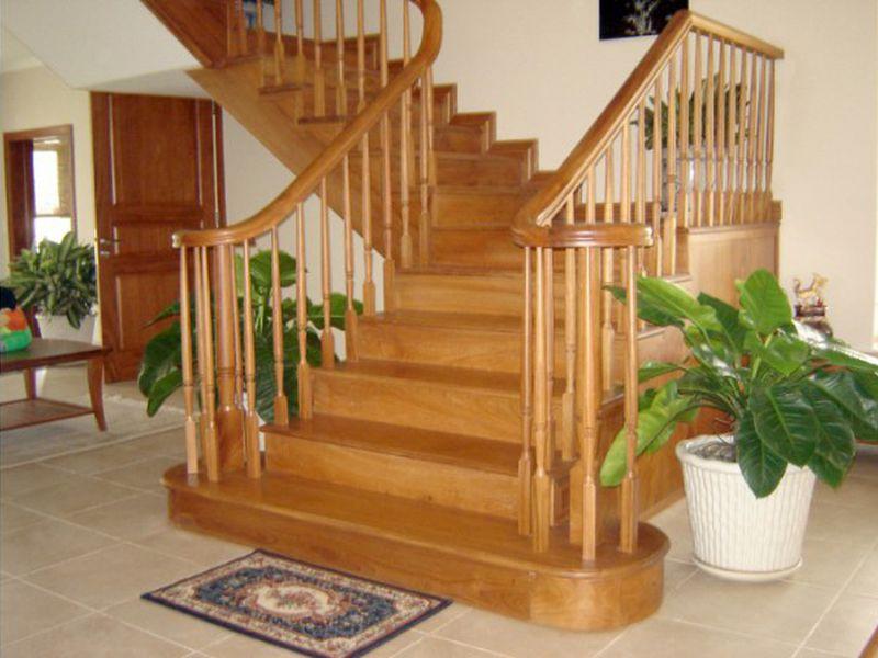 tư vấn nên chọn cầu thang kính hay gỗ