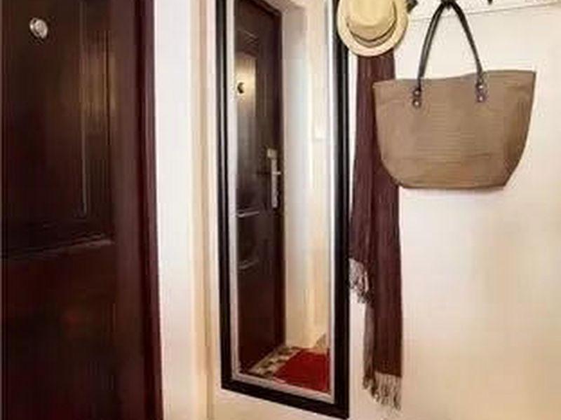 đặt gương đối diện cửa ra vào